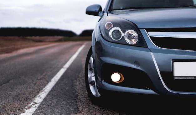Close-up voorkant van nieuwe zilveren auto parkeren op de weg
