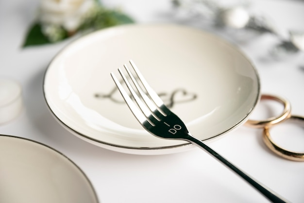 Close-up vork met trouwringen