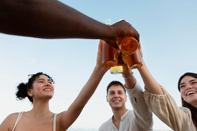 Close-up vrienden rammelende flessen