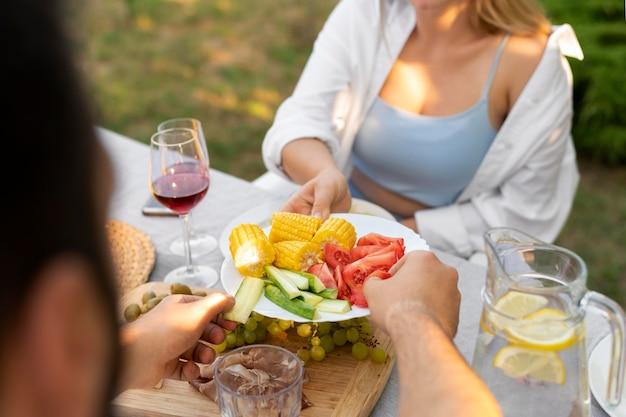 Close-up vriendenreünie met heerlijk eten