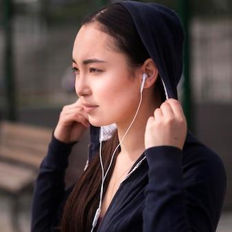 Close-up vrij jonge vrouw met oortelefoons