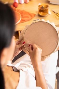 Close-up vrouw binnenshuis naaien