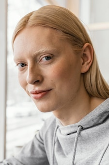 Close-up vrouw binnenshuis