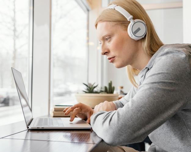 Close-up vrouw die op laptop werkt