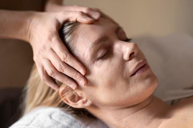 Close-up vrouw die therapie ervaart