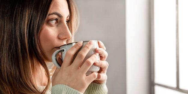 Close-up vrouw drinken uit beker