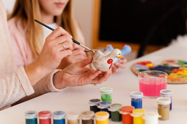 Close-up vrouw en meisje schilderen