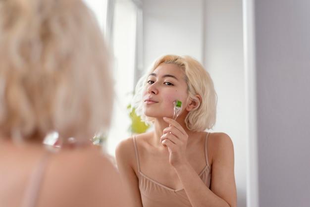 Close-up vrouw haar gezicht masseren