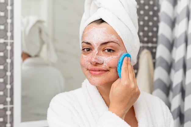 Close-up vrouw haar gezicht schoonmaken