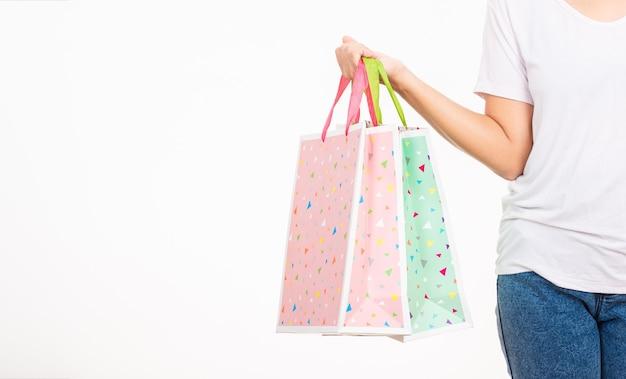 Close-up vrouw houdt in de hand met veelkleurige duidelijke lege lege ambachtelijke papieren cadeauzakje