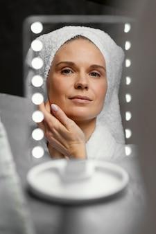 Close-up vrouw in de spiegel kijken