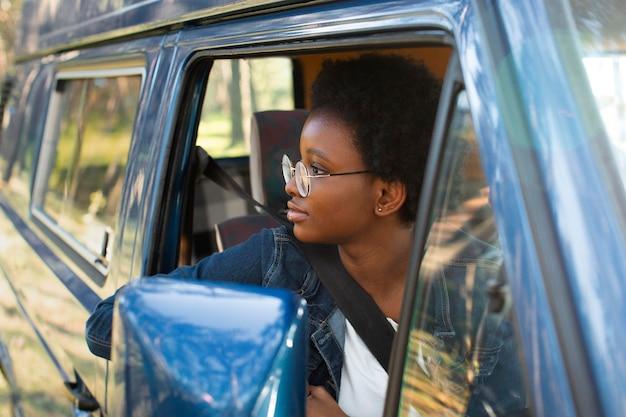 Close-up vrouw kijkt uit het raam
