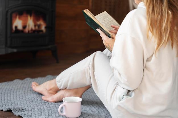 Close-up vrouw lezen op verdieping