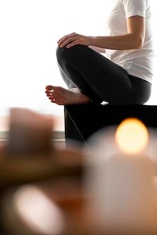 Close-up vrouw mediteren Gratis Foto