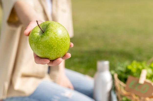 Close-up vrouw met appel