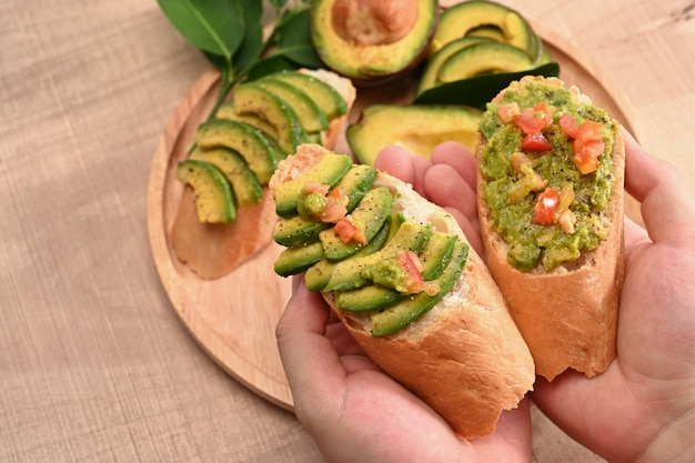 Close-up vrouw met avocado sandwiches.