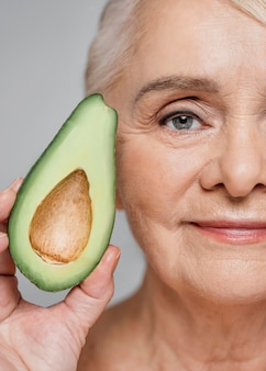 Close-up vrouw met avocado