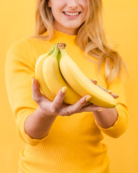 Close-up vrouw met bananen