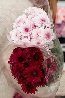 Close-up vrouw met boeketten van bloemen