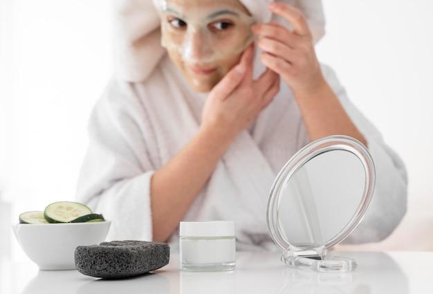 Close-up vrouw met gezichtsmasker
