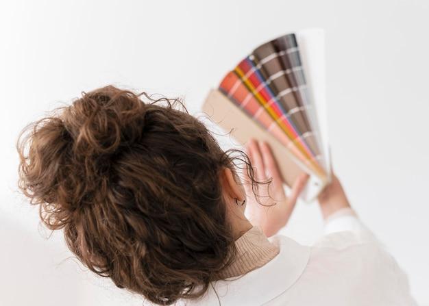 Close-up vrouw met kleurenpalet