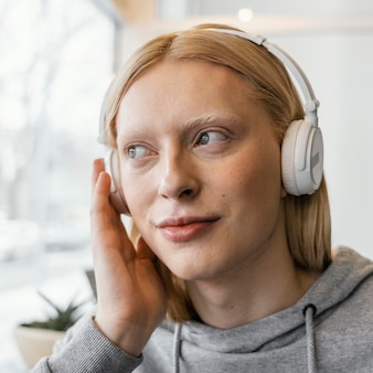 Close-up vrouw met koptelefoon