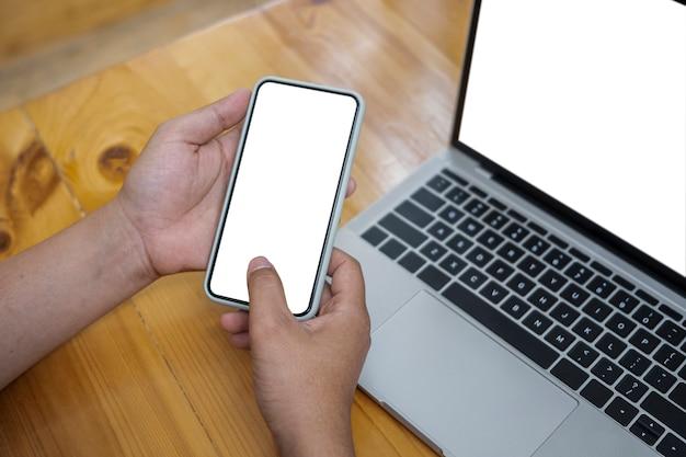 Close-up vrouw met mock-up mobiele telefoon met lege display.