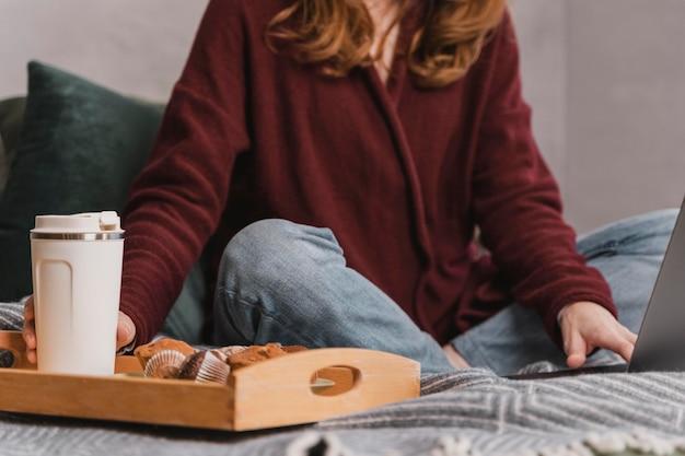 Close-up vrouw met ontbijt op bed