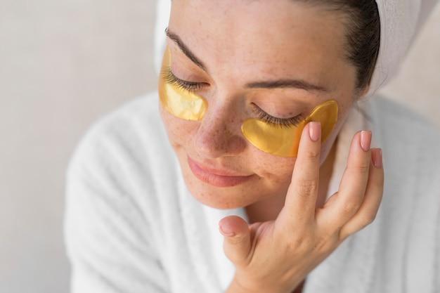 Close-up vrouw met ooglapjes
