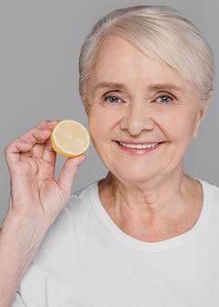Close-up vrouw met schijfje citroen