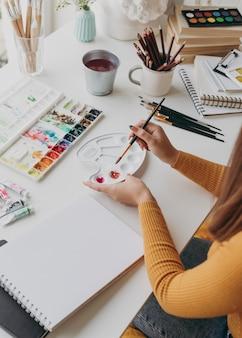 Close-up vrouw met schilderij penseel