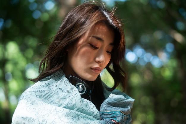 Close-up vrouw met stuk doek en koptelefoon