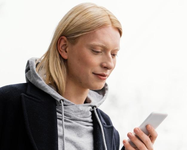Close-up vrouw met telefoon