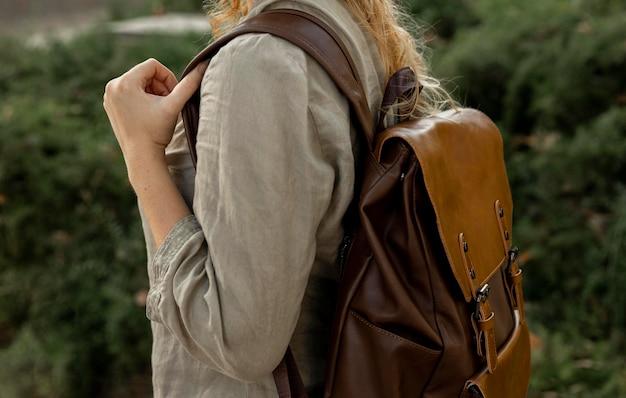 Close-up vrouw met vintage rugzak