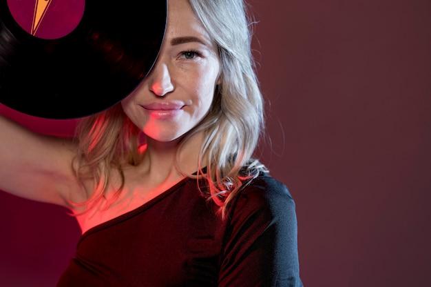 Close-up vrouw met vinyl