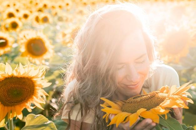 Close-up vrouw met zonnebloem