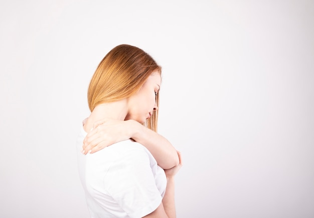Close-up vrouw nek en schouder pijn en letsel gezondheidszorg en medisch concept