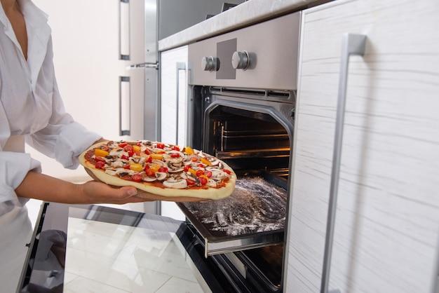 Close-up vrouw pizza koken