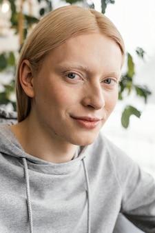 Close-up vrouw poseren binnenshuis