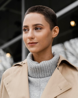 Close-up vrouw poseren buiten
