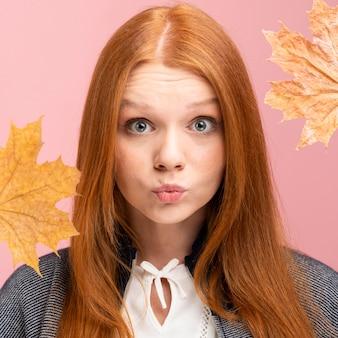Close-up vrouw poseren met bladeren