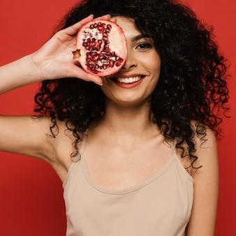 Close-up vrouw poseren met granaatappel