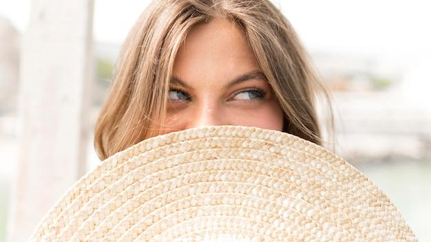Close-up vrouw poseren met hoed
