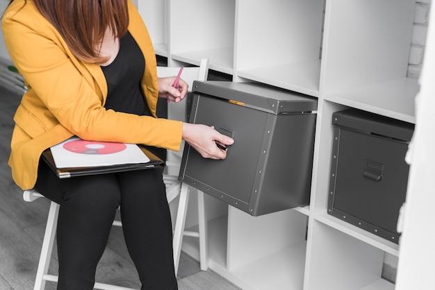 Close-up vrouw raadplegen van documenten