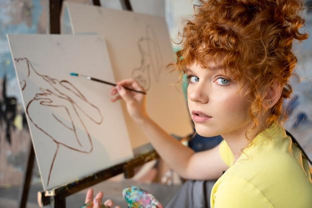 Close-up vrouw schilderen op canvas