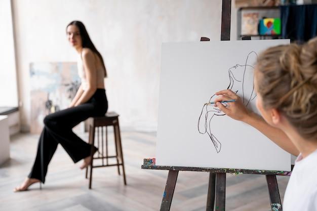 Close-up vrouw schilderij model