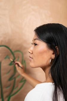 Close-up vrouw schilderij thuis