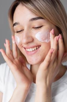 Close-up vrouw usign gezichtscrème