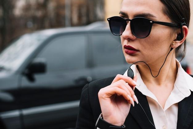Close-up vrouw veiligheidsservice