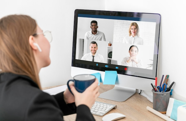 Close-up vrouw videocalling met collega's